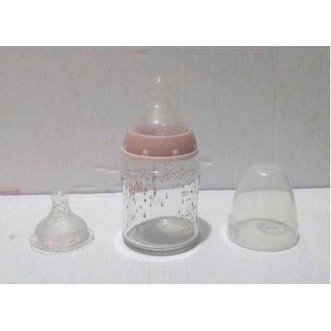 奶瓶 NUK德國制造。九成新 接近全新。矽膠奶咀,矽酸玻璃奶瓶,耐高溫、防震 玻璃。 容量 4oz. / 120 ml.