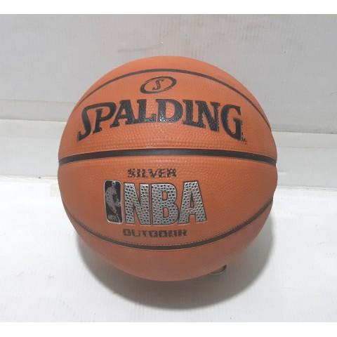 籃球 直徑 23 cm 材料:橡膠、新舊看圖。 SPALDING 斯伯丁 SILVER BASKETBALL。籃球 有 8 瓣,全有相片提供如下。無設郵寄,只設面交。